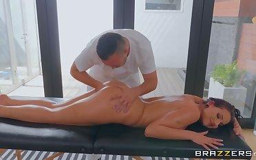Kerian Lee muff dives milf Jolee Love via a massage session