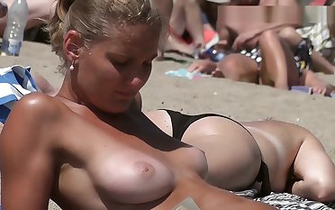 Gorgeous girl Topless first of all the Beach
