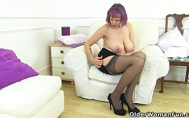 UK gilf Alisha Rydes lets us enjoy the brush old but willing fanny