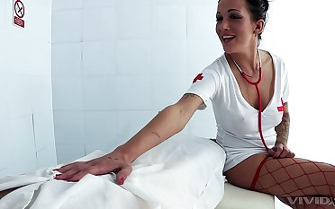 Blue nurse Chantelle Fox adores sex and a blowjob in the hospital